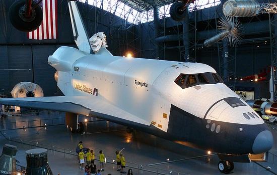 На фото ни разу не побывавший в космосе челнок Ентерпрайз.