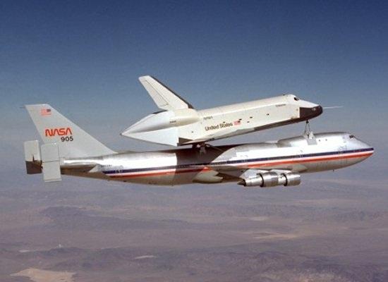Еще одна фотография транспортировки челнока при помощи самолета.