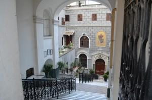 Улица, арка и неожиданная христианская церковь в Стамбуле