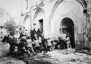 Перенесение останков великих княгинь и цариц перед разрушением Вознесенского монастыря. Фото 1929 г.