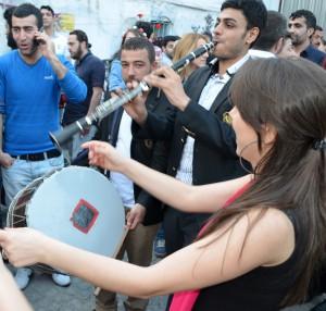 Уличный музыкант на празднике весны
