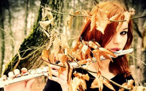 Девочка-осень на флейте играет...